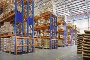 склад с многослойными стеллажами на заводе