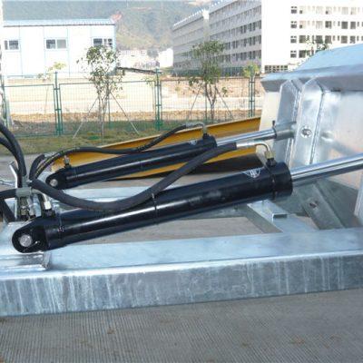 Простой в использовании механизм принудительной блокировки. Предохранительная цепь закрепляет бункер на транспортном средстве. Сварные швы предотвращают утечку. Сверхглубокие вилочные отверстия. 2-дюймовые сформированные верхние губы. Высоко видимая синяя эмалевая отделка